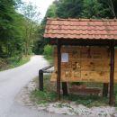 pri gozdarski  hiši ob cesti na Ravno goro