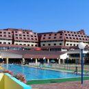 pogled na hotel z bazenov