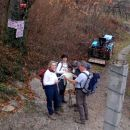 zagrebški planinci čitajo karto