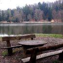 Lajčitova klopca ob jezeru