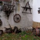 zbirka starih kmečkih predmetov ob poti