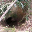tole bi se moralo zaščititi z ograjo zaradi živali,jama je kar globoka!