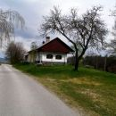 hiška ob cest stoji,.......