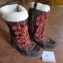 dekliški malo višji in zelo toplo podloženi škornji, št.32, cena 5€.