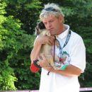 Moderator Jože Košmrlj s svojo psičko