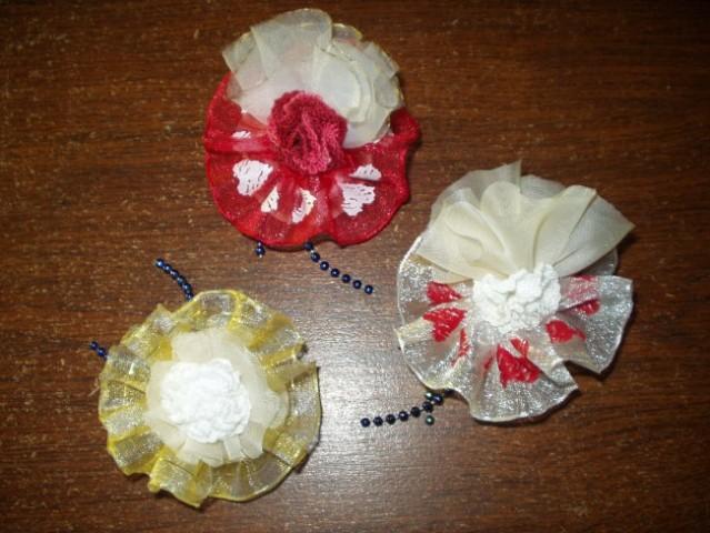 Sestava: školjka, ročno izdelana rožica, okrasni trak, konfeti bonboni
