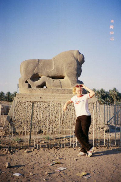 Babilonski lev. Ni znano zakaj ima žensko pod sabo.