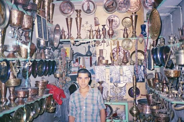 Oče dela spominke iz bakra,, sin pa prodaja
