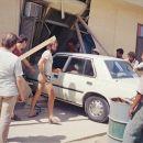 Šef je naročil pri nas zaposlenemu iraškemu delavcu (drugi z desne), da mu opere avto. Opr