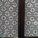 Kvačkana zavesa slikana kako se vidi od zunaj.