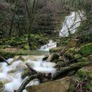 Voda se zliva preko zasiganih skalnih plasti.