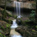 Čez dvometrsko ploščo se voda zliva v več pramenih.