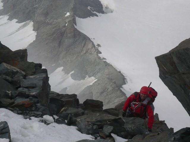 Roberto 3m pod vrhom, zadaj cel greben.