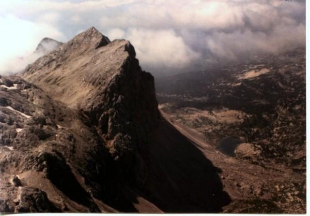 Pogled iz stene Poprovca nad Prehodavci: Greben obeh Zelnaric nad dolino 7j. Spodaj Ledvi