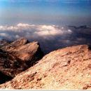 Pogled s Poprovca nad Rjavim jezerom. Zadaj Zelnarici. Greben se nadaljuje s Kopico in Ti