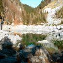 Od vrha Komarče je kakšnih 15 minutk do Črnega jezera.