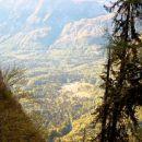 Pogled iz Komarče nazaj, na naše izhodišče poti.