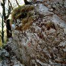 Od počivališča in osvežitve pri vodi, se okrog skalnega bloka previdno po klinih pomikamo