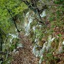 Pozor!!!! potka je ozka, breg pa strm in ponekod pod listjem so skale...previden korak ni