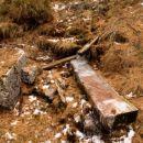 ...smo naleteli na vodni zbiralnik in zamrznjena voda v lesenem koritu nas je opozarjala,