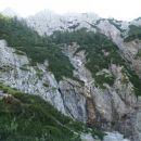 Mokre skale nakazujejo zadnji, veliki slap, ki je pozimi zelo primeren za ledno plezanje..