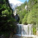 Sprehod ob smaragdno zeleno modri vodi, je sploh še v vročih poletnih mesecih...