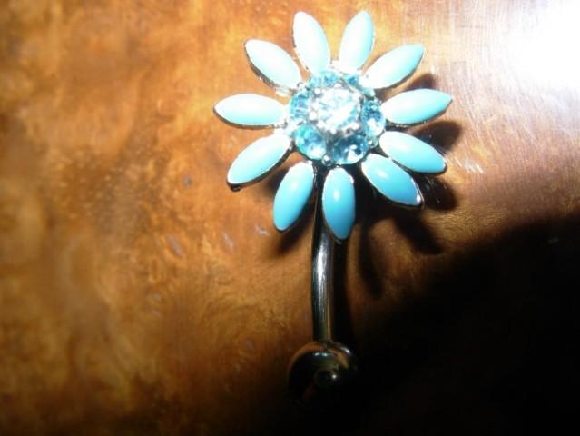 Uhanček rožica (turkiza barva) z kristalčki cena:1.500SIT