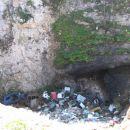 v bližini Jurišč je brezno ki ni za zgled lepi naravi
