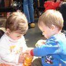 Ema in Gašper se družno lotita Zaline stekleničke - v slogi je moč !!!