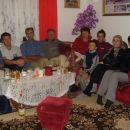 Braća, sestra, snahe i djeca na ručku u porodičnoj kući.