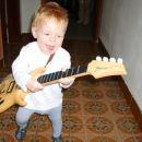 Kot zgleda grem po atijevih stopinjah, kajti bass kitara mi dobro leži v roki...