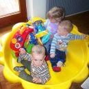 Ogledujemo si mojo novo pridobitev v družbi s sestrično in bratrancem.