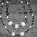 srebrno-siva-večje kroglice fimo -srebrn, srednje kovinske , vmes akrilne perlice