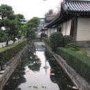 In kanal okoli njega.