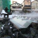 Voda tece po lesenih ceveh, da se naravno ohladi.