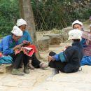 Pripadnice manjsine Buyi.