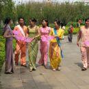 Takoj ob vhodu nam dobrodoslico zazelijo pripadniki manjsine Dai (na sliki). Na sreco so z